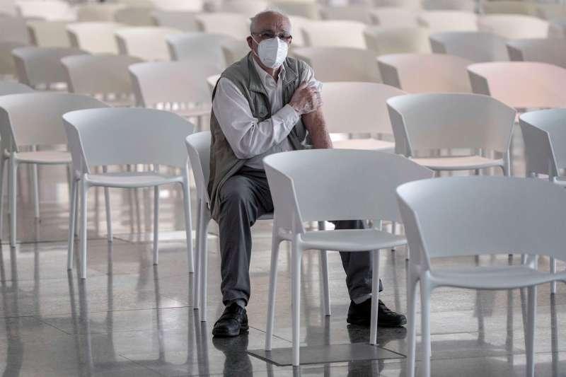 Una persona espera unos minutos tras vacunarse contra la covid-19 en la Ciudad de las Artes y las Ciencias de València. EFE/ Biel Aliño/Archivo