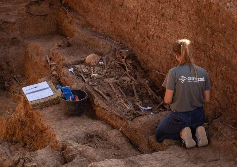 Trabajos de exhumación de una fosa común con represaliados de la Guerra Civil.