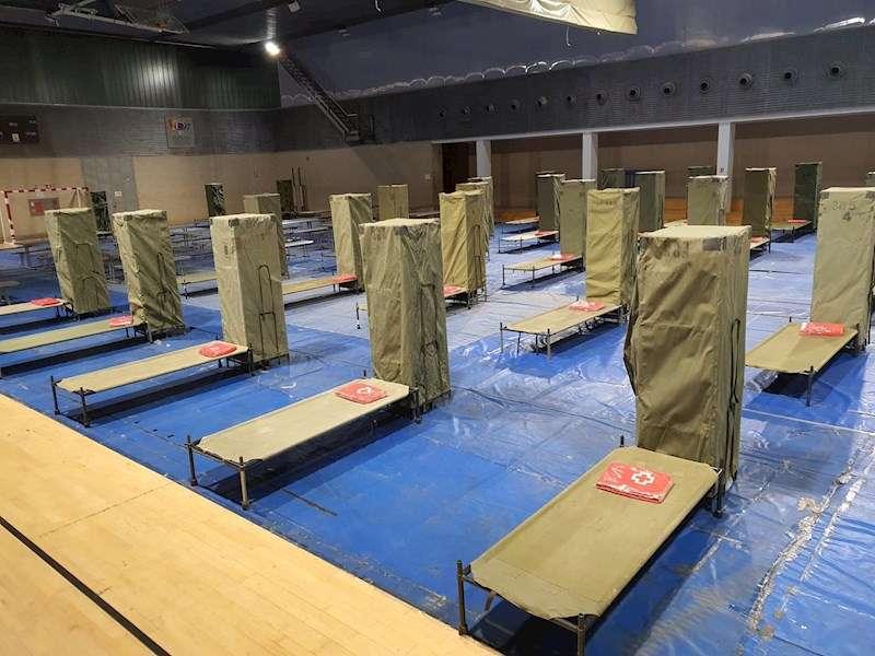 Imagen cedida por el Ayuntamiento de València de los preparativos en el polideportivo de la Petxina para acoger a personas sin techo desde este martes. EFE