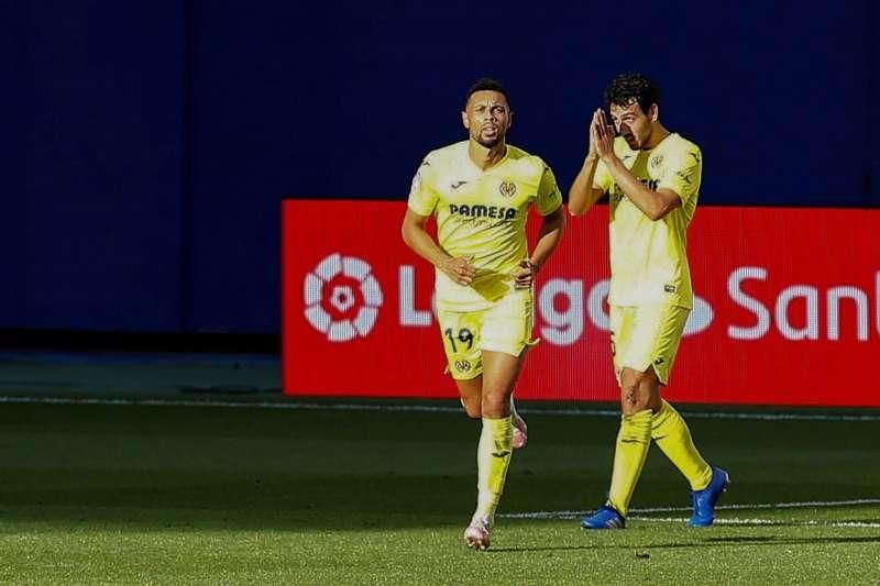 Dani Parejo (d), y Francis Coquelin, exjugadores del Valencia que militan en el Villarreal. EFE/Doménech Castelló