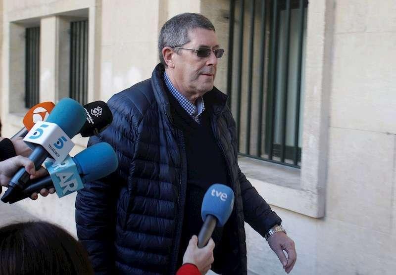 El sucesor del alcalde popular de Polop fallecido a tiros en 2007 Alejandro Ponsoda, Juan Cano, en una de sus llegadas al juicio. EFE