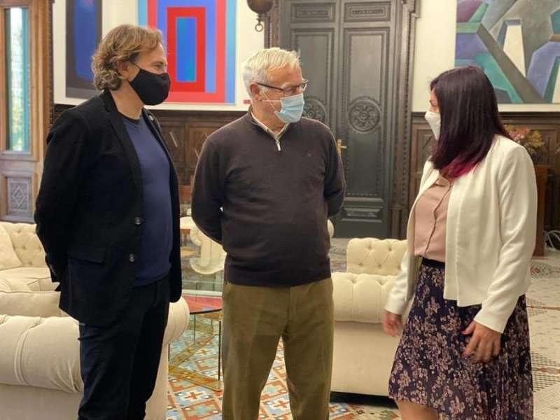 Joan Ribó y Giuseppe Grezzi reciben a la nueva gerente de la EMT, Marta Serrano, en una imagen facilitada por el Ayuntamiento.