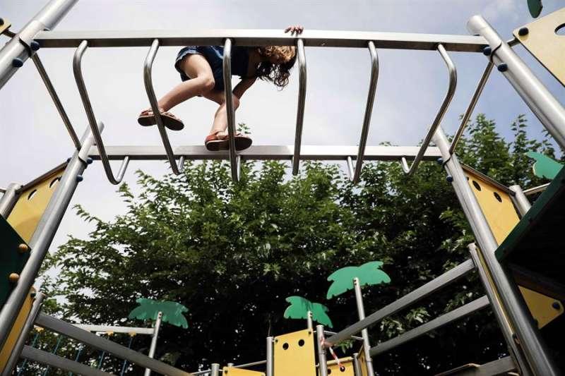 Imagen de archivo de una menor en un parque. EFE/Ana Escobar/Archivo