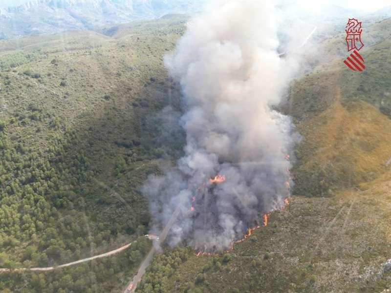 Imagen publicada en Twitter por el Centro de Coordinación de Emergencias de la Generalitat del incendio forestal declarado este sábado en la Vall de la Gallinera, al interior norte de Alicante. EFE