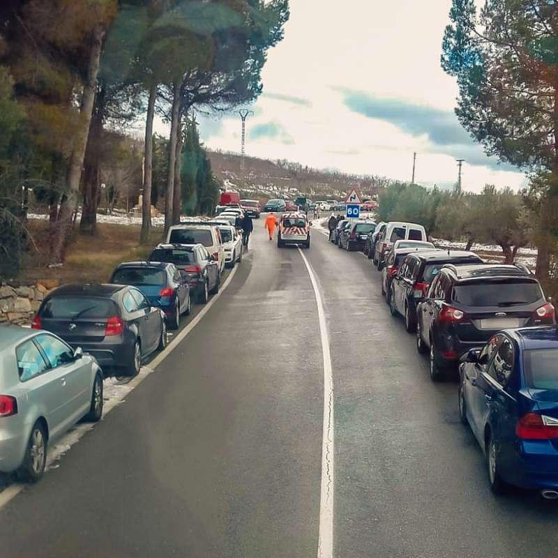 Coches aparcados en los laterales de la carretera