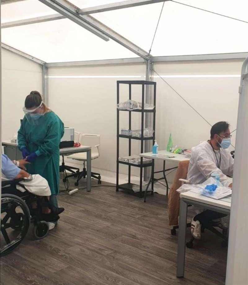 Imagen de varios sanitarios y un paciente en el hospital de campaña de Alicante, cedida por la Generalitat. EFE