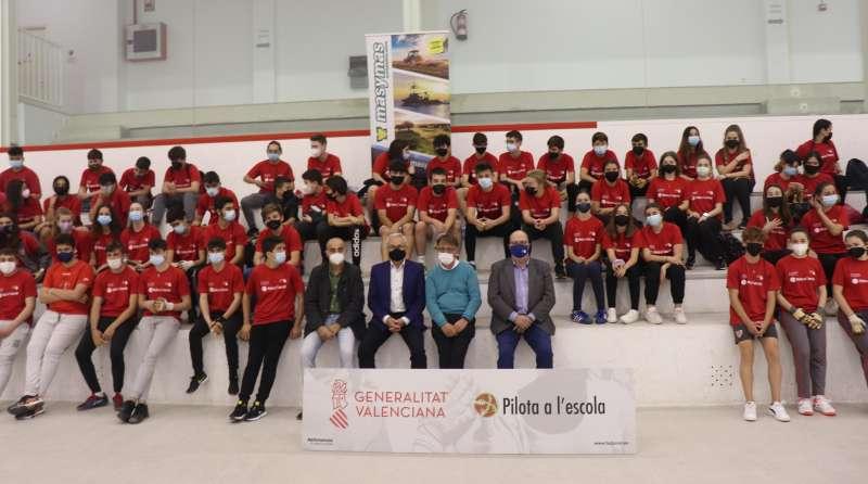 Foto de grupo con algunos de los adolescentes participantes en el programa Pilota a l