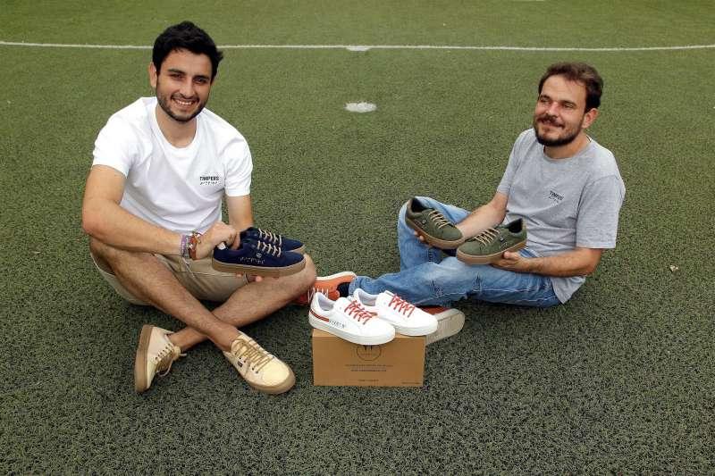 Aitor Carratalá (izqda), y Diego Soliveres, de la empresa alicantina Timpers, han diseñado las zapatillas que calzarán los atletas paralímpicos españoles en Tokio 2020