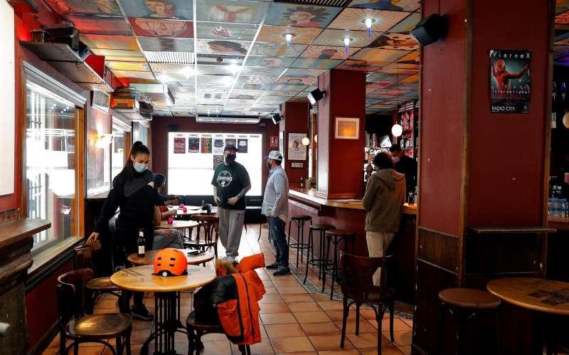 En la imagen un local de hostelería de València se prepara par abrir sus puertas.