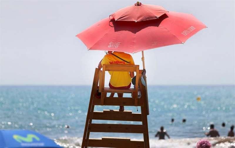 Un socorrista vigila una playa de Alicante. Archivo/EFE