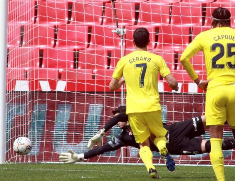 Gerard Moreno marca de penalti el 0-3 definitivo de la victoria del Villarreal en Granada EFE/ Pepe Torres