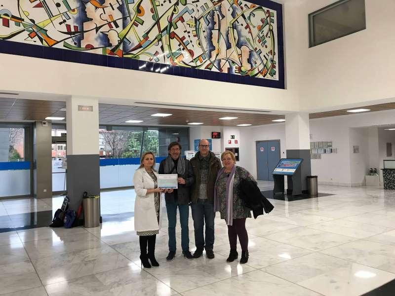María José Fas, directora asistencial del Departamento de Salud de Manises junto a representantes de las organizaciones colaboradoras de la iniciativa Árbol Solidario. EDPA