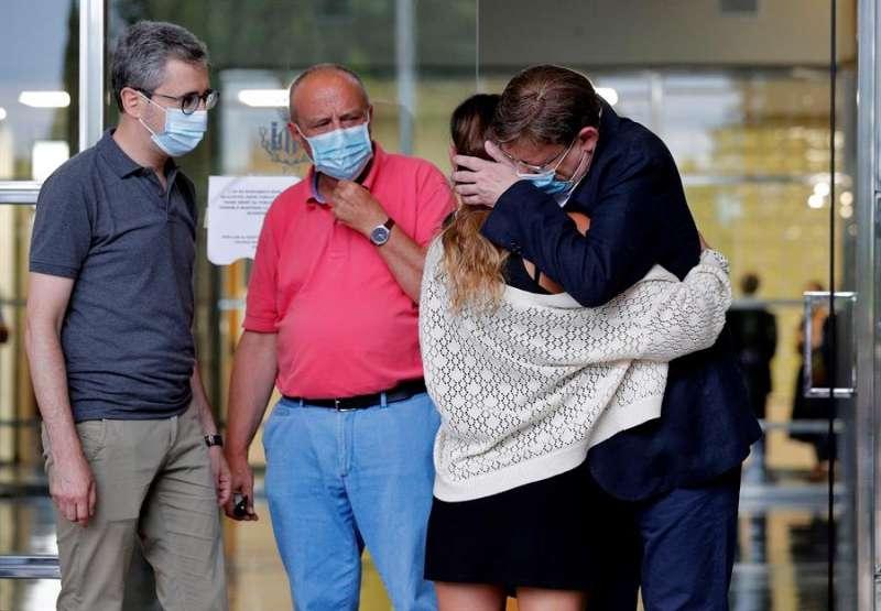 El president de la Generalitat, Ximo Puig (d), se abraza a una de las hijas del concejal de Hacienda de València, Ramón Vilar, fallecido de un infarto. EFE/Manuel Bruque