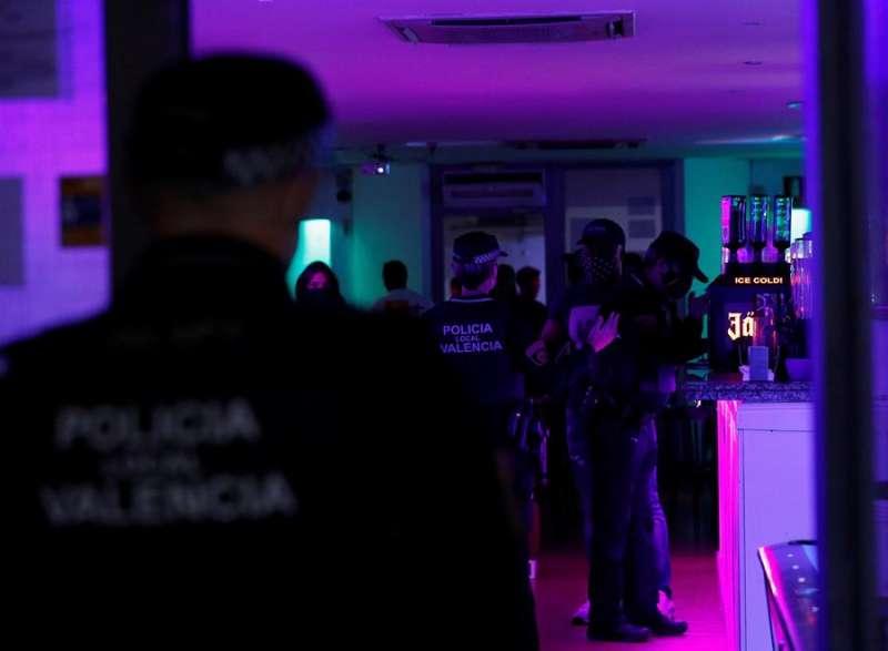 Agentes de la Policía Local inspeccionan un pub. EFE