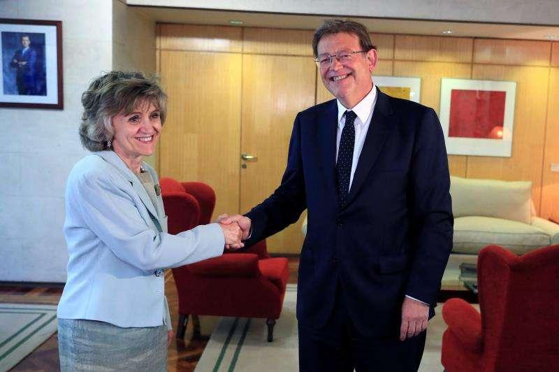 La ministra de Sanidad, Consumo y Bienestar Social en funciones, María Luisa Carcedo, saluda al presidente de la Generalitat valenciana, Ximo Puig, durante la reunión que han mantenido este miércoles, en Madrid. EFE/Fernando Alvarado