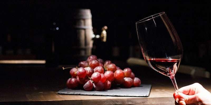 Brindemos con vino valenciano.
