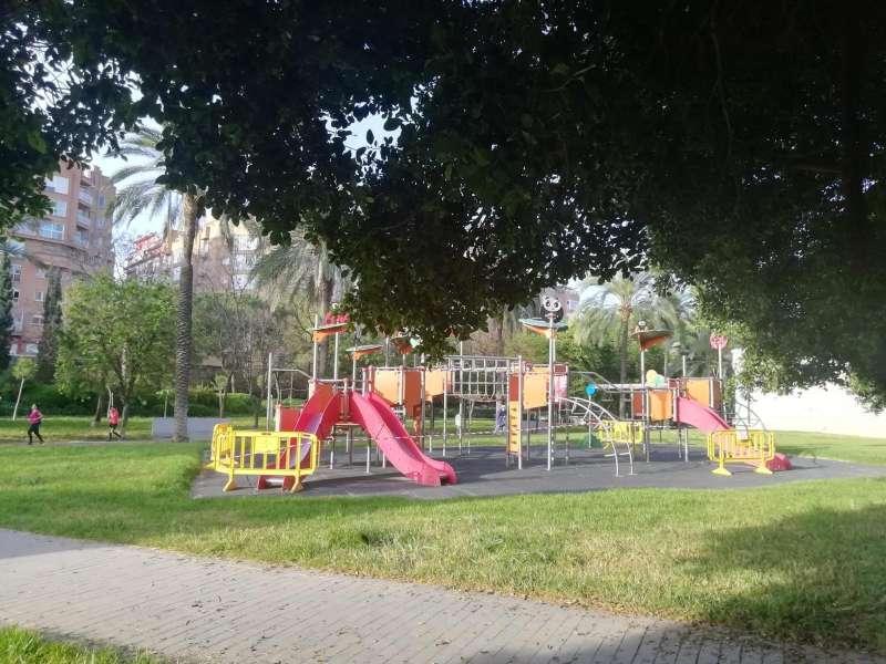 Juegos infantiles de un parque de València precintados.