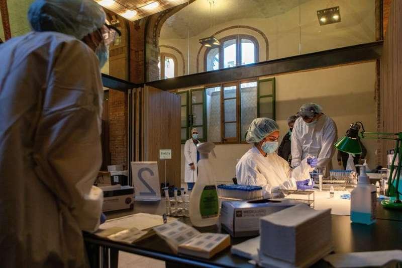 Sanitaris realitzent els test Covid-19.  EFE/ Enric Fontcuberta./Archivo