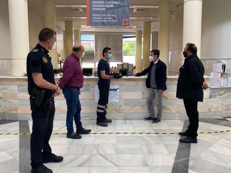 Entrega del nuevo material en el Ayuntamiento de Burjassot. EPDA