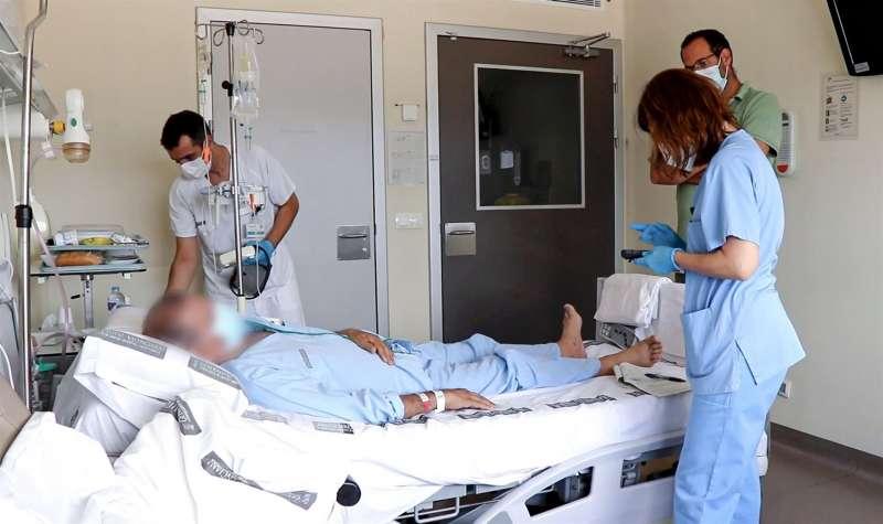 Atención a un paciente, en el Hospital La Fe de Valencia, en una imagen facilitada por el centro. EPDA