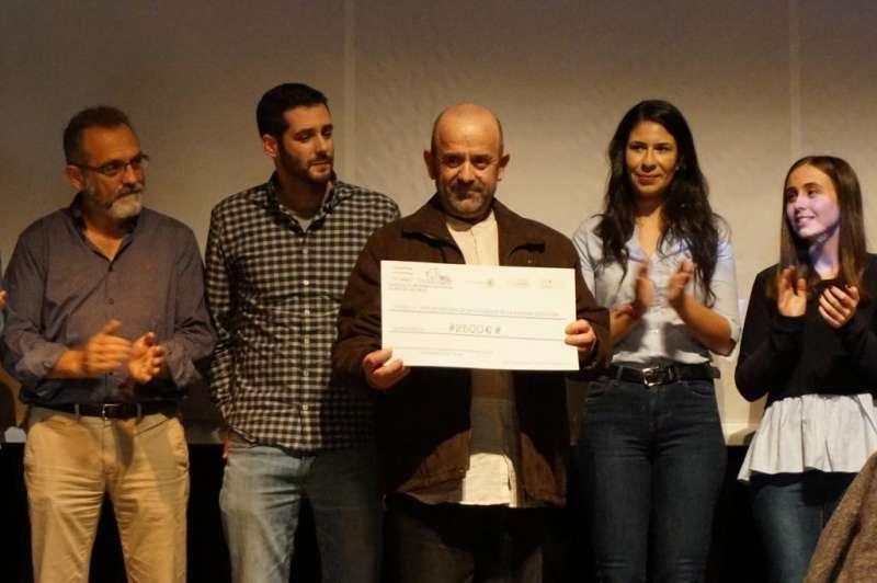 Bonifacio Sánchez con el cheque del donativo. EPDA