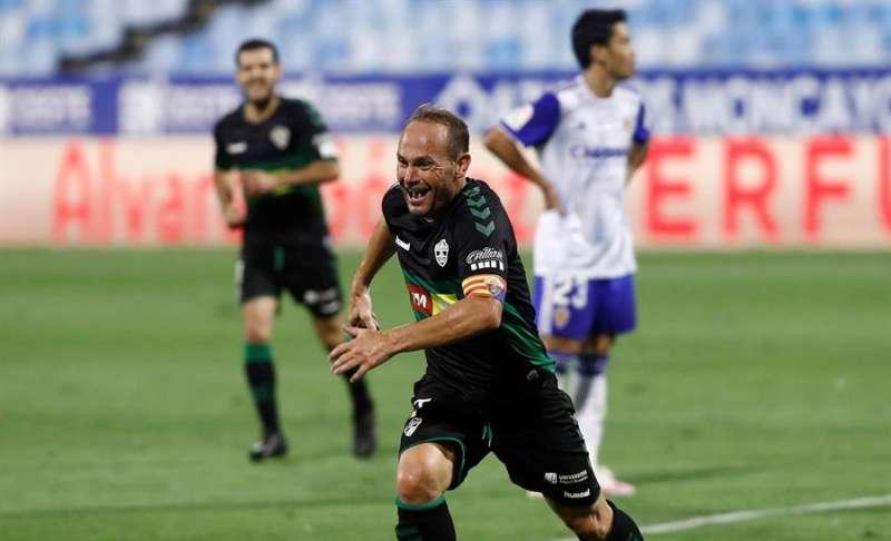 El delantero del Elche Nino, que ante el Granada cumplió 800 partidos oficiales, celebrando un gol. EFE