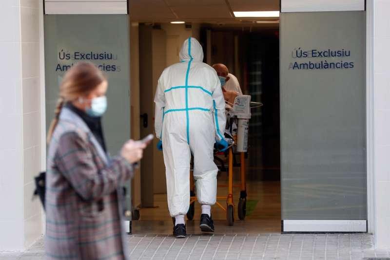 Un sanitario traslada a un enfermo en el Hospital Clínico de Valencia