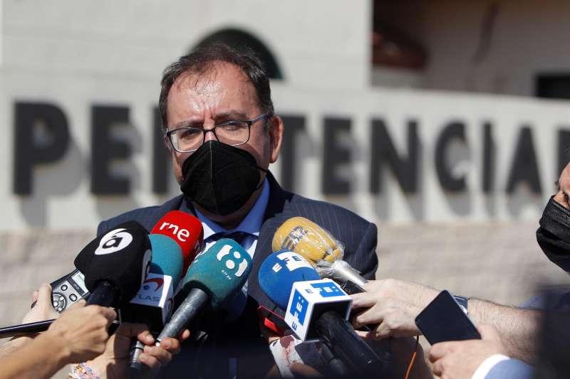 El secretario general de Instituciones Penitenciarias, Ángel Luis Ortiz, atiende a la prensa tras la concentración en el centro penitenciario de Villena en repulsa por la agresión sufrida por la subdirectora del centro.EFE/Morell