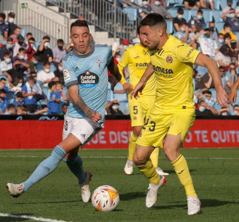 El delantero del Villarreal Gerard Moreno (3d) celebra un gol con sus compañeros durante un encuentro de la Liga Europa. EFE
