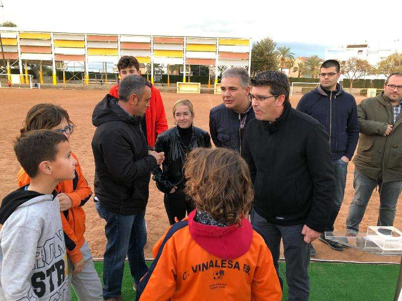 Rodríguez conversa con los niños en Vinalesa. EPDA
