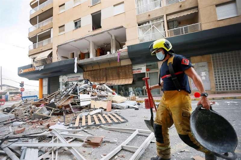 Vista de los escombros este jueves tras la gran explosión de gas butano registrada en el interior de una vivienda de Torrevieja. EFE