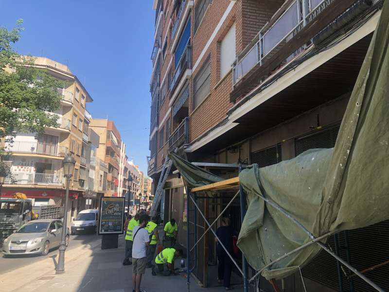 Montaje de protecciones para la Cordà en la calle Mayor de Paterna. EPDA
