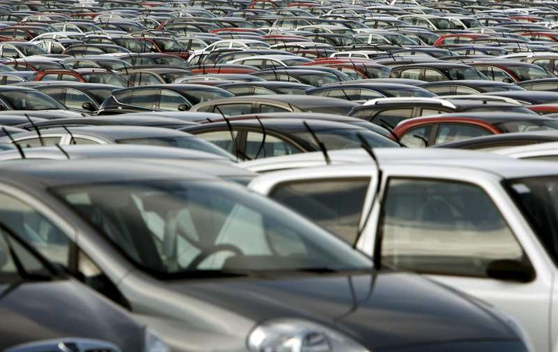 En la imagen, miles de vehiculos se almacenan en espera de que la demanda suba.