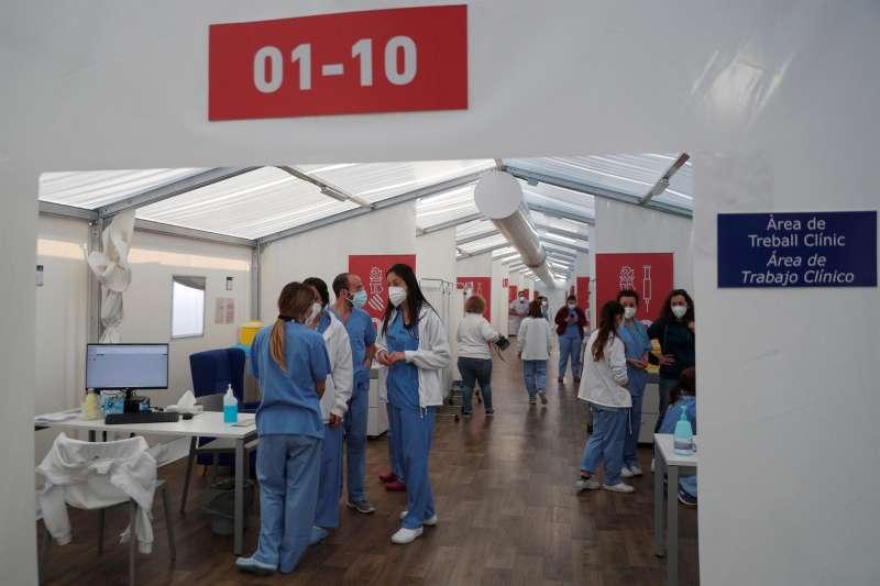 Varios sanitarios en el hospital de campaña de La Fe, de Valencia.