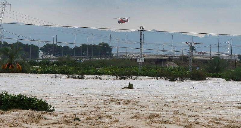 Un helicóptero de rescate sobrevuela la zona inundada de Orihuela. EFE/Archivo