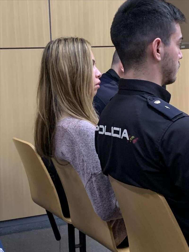 La acusada custodiada por la Policía durante el juicio. EFE/Quico Tomás