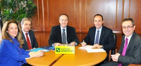 Vicente Ibor firma el convenio de colaboración por el autoempleo con Caixa Popular. Foto EPDA