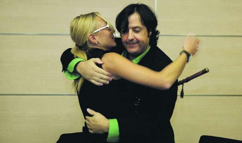 Natividad García y Nacho Lluch se abrazan en el pleno en el que la primera fue alcaldesa. FOTO JOSÉ MARÍN