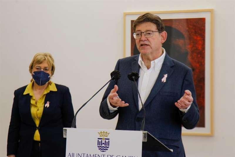 El presidente de la Generalitat, Ximo Puig, en una visita este sábado, junto a la consellera de Sanidad, Ana Barceló, a las obras del centro sanitario Roís de Corella de Gandía. EFE/Generalitat