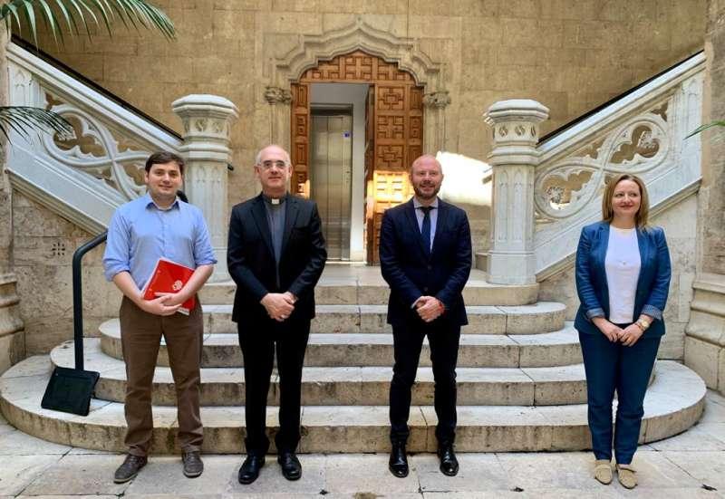 Toni Gaspar con los representantes de Cáritas y la Iglesia. EPDA