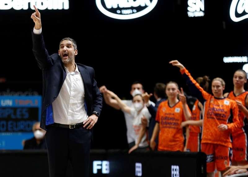 El entrenador del Valencia Basket, Rubén Burgos (i), durante el partido de vuelta de las semifinales de la Liga Femenina Endesa ante el Spar Girona.