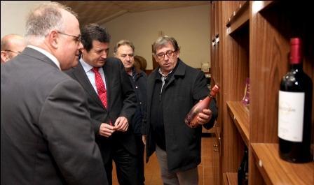 La visita del conseller de Agricultura a las cooperativas oleícola San Cristóbal y vitivinícola Nuestra Señora del Carmen en la provincia de Alicante.