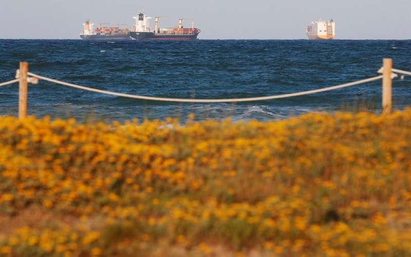 Tres buques portacontenedores fondean ante la playa de El Saler, al sur del Puerto de Valencia. EFE