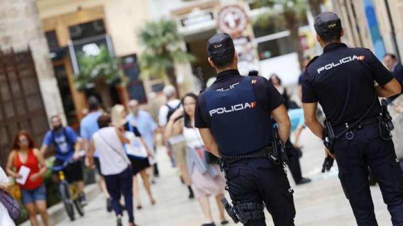 Dos agentes de la Policía Nacional patrullan por la calle.