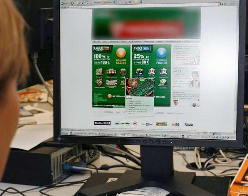 Una persona mira una página de apuestas en internet. EFE/Víctor Lerena/Archivo