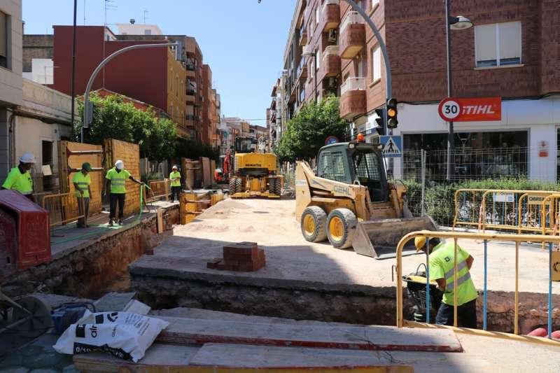 Obras de la nueva red pluvial en la calle Gómez Ferrer de Torrent.