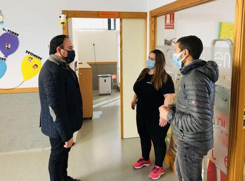 El alcalde de Finestrat ha supervisado la instalación de los purificadores
