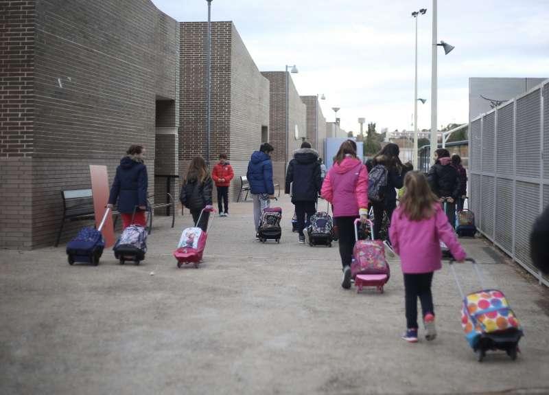 Nin?os entrando al colegio en Paterna. EPDA