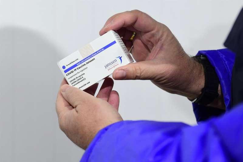 Una caja de vacunas de Janssen.