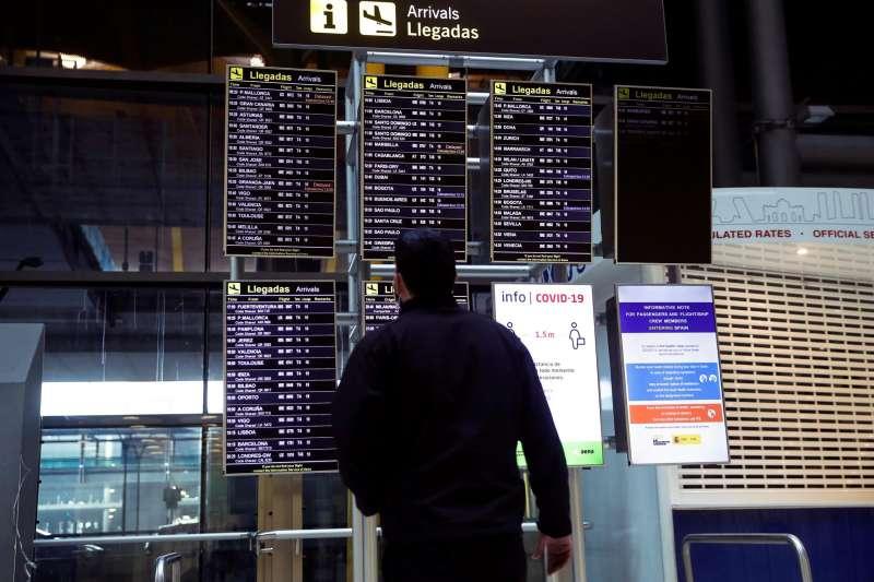 Un hombre observa los paneles de información de llegadas en el aeropuerto . EFE/Emilio Naranjo/Archivo